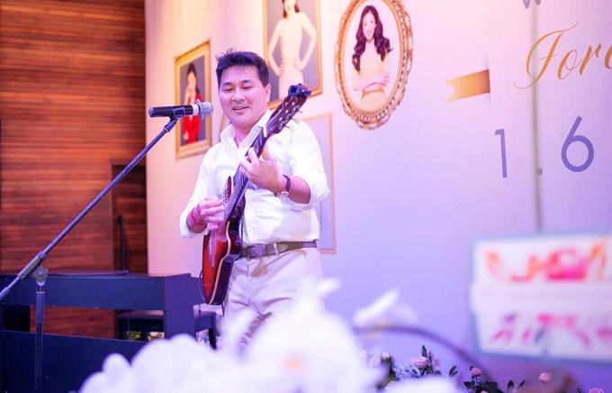 Hôm 1/6 là sinh nhật của Á hậu quý bà thế giới 2011 Thu Hương. Chồng cô - doanh nhân Nguyễn Hoài Nam - CEO một tập đoàn, đã tổ chức tiệc sinh nhật màu trắng đầy lãng mạn cho vợ. Mẹ chồng Thu Hương và con trai cô cũng sinh cùng ngày này. Đây là ngày đặc biệt nhất trong năm của tôi, anh Hoài Nam nói. Vì vậy, ngoài buổi tiệc hoành tráng, ông xã của Thu Hương còn hát tặng vợ yêu một ca khúc lãng mạn. Anh được các khách mời cổ vũ nồng nhiệt khi vừa tự đệm guitar vừa biểu diễn rất tự tin.