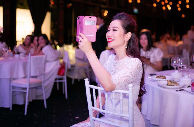 Quý bà Thu Hương hạnh phúc ghi lại hình ảnh ông xã soái ca trên sân khấu.