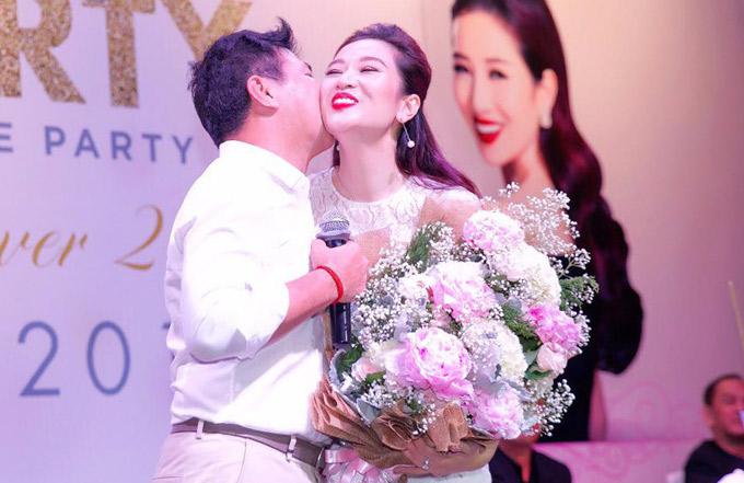 Ông xã tình tứ hôn má Thu Hương trong buổi tiệc.