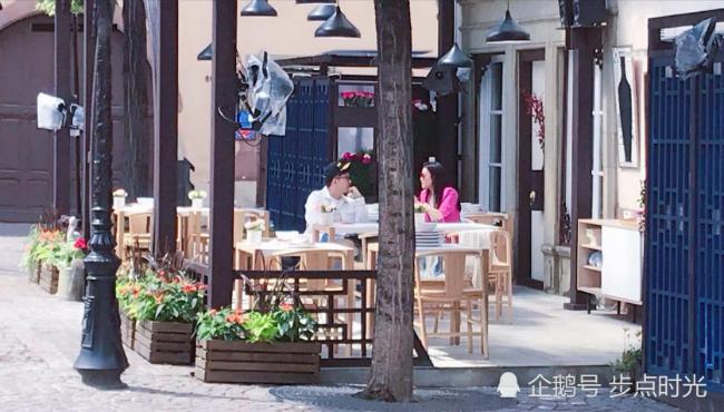 Những hìnhảnhđầu tiên của show truyền hình Nhà hàng Trung Hoa mùa haiđãđược hé lộ trênWeibo và khiến fan yêu mến show này nức lòng. Tiếp nối thành công của phần 1, số đầu tiên của phần 2được thực hiện tại khu làng Colmar, miền đông bắc nước Pháp. Nhà hàng với biển hiệu đặc trưng Trung Quốc đã được dựng lên, các khách mời của chương trình như Tô Hữu Bằng, Thư Kỳ, Vương Tuấn Khải, Bạch Cử Cương... cũng đã xuất hiện. Như năm ngoái, Triệu Vy vẫnđảm nhận vai trò bà chủ nhà hàng.