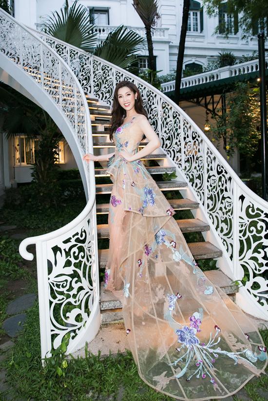 Thuỳ Linh diện bộ đầm dạ hội xuyên thấu của NTK Hoàng Hải trong buổi tiệc tri ân tại một khách sạn 5 sao của Hà Nội. Cô sinh năm 1988 và hiện là chuyên gia đào tạo của một thương hiệu mỹ phẩm, spa cao cấp.