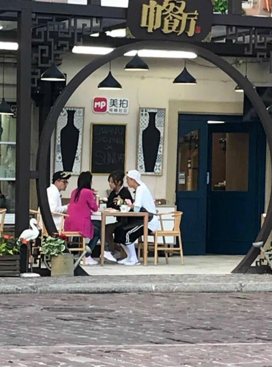 Trong hình ảnh được đăng tải hôm 1/6, Triệu Vy, Tô Hữu Bằng, Thư Kỳ vàđã cùng thưởng thức bữaănđầu tiên bên ngoài nhà hàng. Nhà hàng Trung Hoa là show truyền hinhvề đề tài ẩm thực. Các nghệ sĩ tham gia chương trình sẽ cùng vào bếp nấu nướng, đồng thời chịu trách nhiệm kinh doanh nhà hàng thông qua việc giới thiệu các món ăn cho thực khách ngẫu nhiên đến thưởng thức. Mùa năm ngoái, show thành công vang dội với sự góp mặt của Triệu Vy, Huỳnh Hiểu Minh, Châu Đông Vũ, Trương Lượng và Cần Mộng Giai.