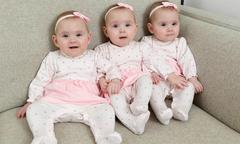 Sinh ba con gái giống hệt nhau, mẹ sơn móng khác màu để phân biệt