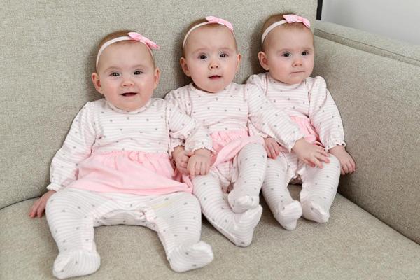Cả ba cô bé xinh xắn và bụ bẫm, giống hệt nhau. Ảnh: Wales News Service.
