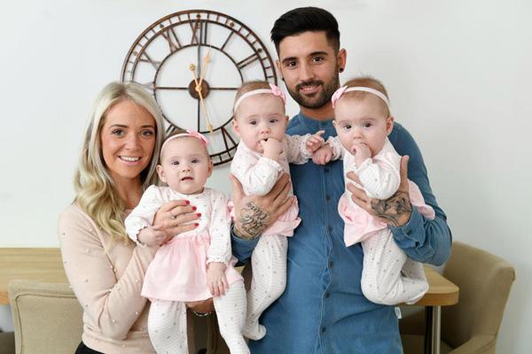 Cặp đôihạnh phúc bên ban con gái. Ảnh: Wales News Service.