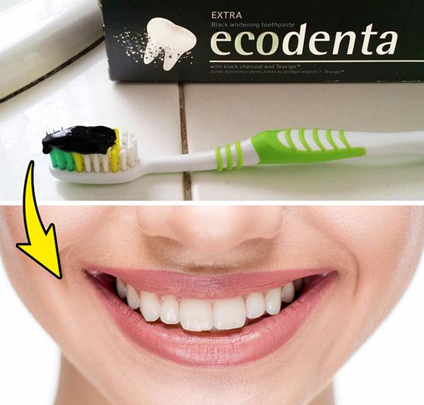Trộn than hoạt tính với nước và một chút kem đánh răng để tạo thành hỗn hợp làm trắng răng.