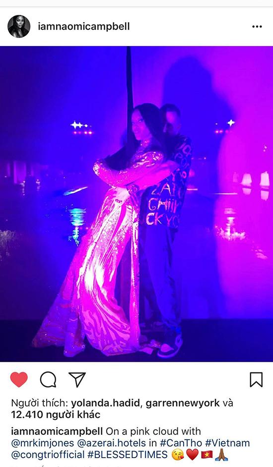 Naomi Campbell rất thích thú với mẫu trang phục được Công Trí chuẩn bị cho mình khi tham gia buổi tiệc trong sự kiện.