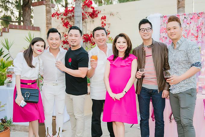 Ca sĩ Thuỵ Anh, Huy Vũ (thứ hai từ trái qua), nhạc sĩ Huỳnh Nhật Tân (áo trắng, đứng giữa), ca sĩ Hàn Thái Tú (phải).