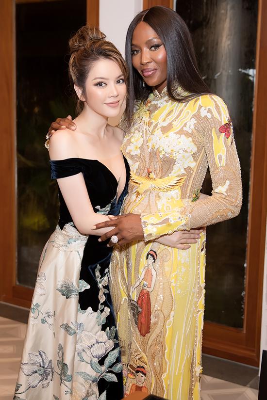 Hình ảnh thân thiết của Lý Nhã Kỳ và Naomi Campbell trong hậu trường. Lý Nhã Kỳ chọn váy xẻ sâu gợi của của Hoàng Hải, trong khi đó mẹ đẻ The Face lại chọn áo dài của Công Trí để sử dụng.