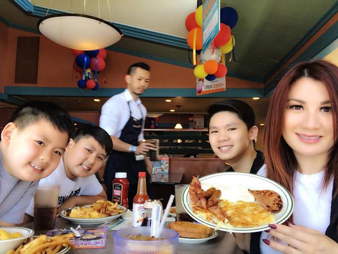 Sau buổi thi lên đai xanh của con út vào hôm qua, Trizzie đưa ba chàng lính ngự lâm đi ăn tại một nhà hàng.