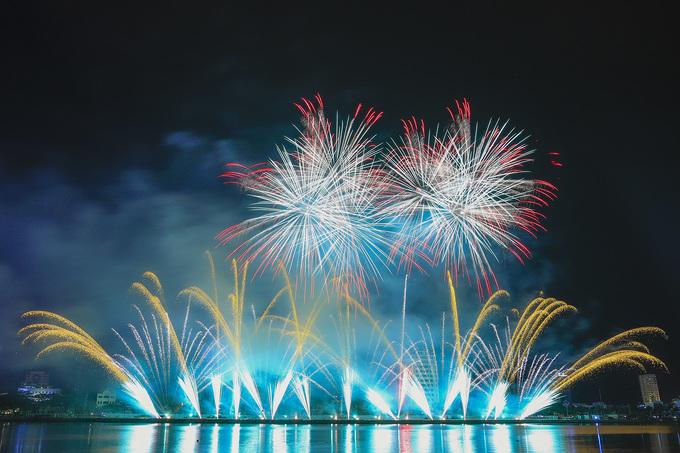 Đội đương kim vô địch Italy vẽ ánh sáng pháo hoa trên sông Hàn