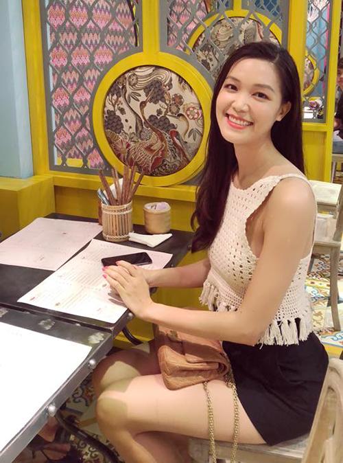 Hoa hậu Thuỳ Dung diện đồ đơn giản đi ăn nhà hàng. Lâu rồi mới xuất hiện trên mạng xã hội nhưng người đẹp vẫn nhận được nhiều mến mộ vì nhan sắc xinh đẹp, đầy đặn.