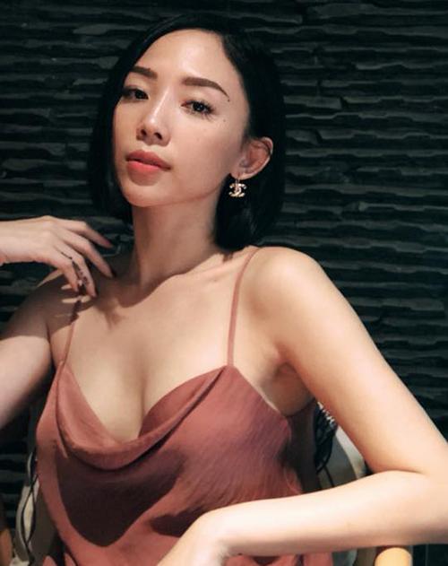 Tóc Tiên khoe làn da nuột nà, khuôn ngực lấp ló với chiếc váy hai dây màu nude.