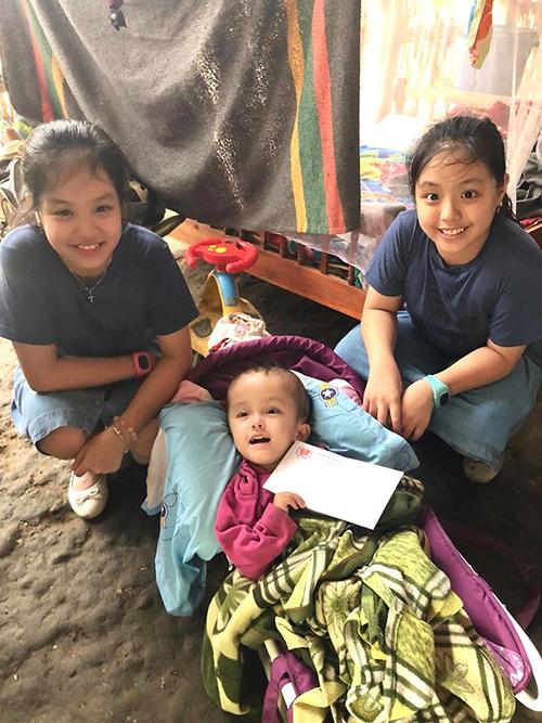 Gia đình Thuý Hạnh đưa hai con đi du lịch Sapa kết hợp với hoạt động thiện nguyên. Hai bé Suli Suti trao quà cho cácbạn nhỏ ở bản Tả Van, Sapa.