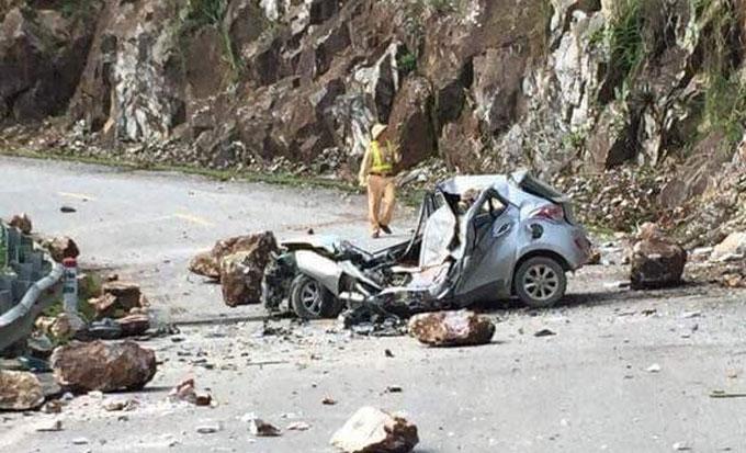 Chiếc xe bị đá rơi đè bẹp dúm. Ảnh: Hội Lái xe Điện Biên