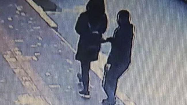 Camera an ninh ghi lại được cảnh tên trộm móc túi người phụ nữ. Ảnh: Guangzhou Daily.