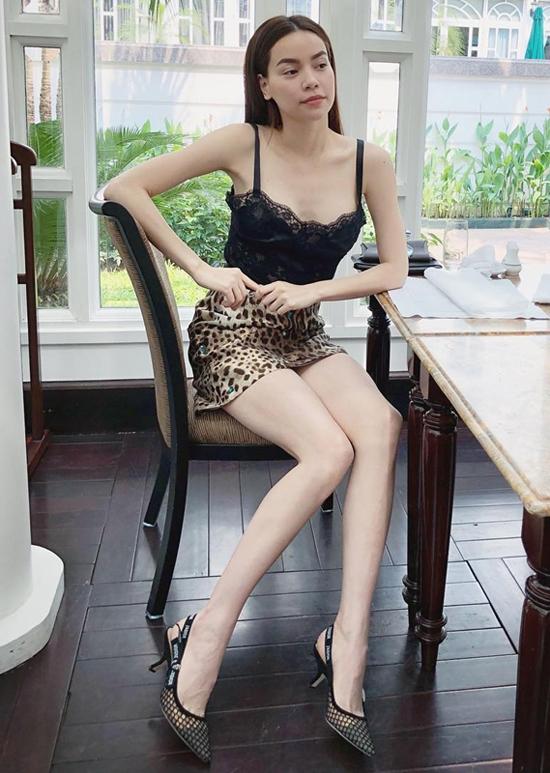 Chân váy siêu ngắn in họa tiết đốm da beo được Hồ Ngọc Hà phối hợp cùng áo ren kiểu hai dây đi cùng giày mũi nhọn hài hòa màu sắc.