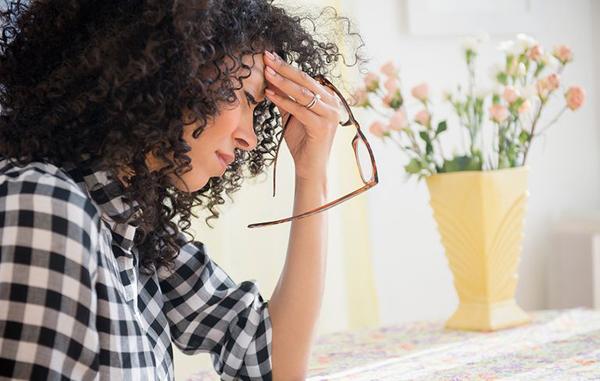 Đau đầu Dư thừa natri có thể gây ra giãn nở tĩnh mạch, gây mất ổn định huyết áp. Đây là nguyên nhân khiến bạn hay cảm thấy đau đầu.