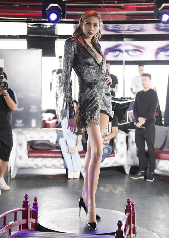 Váy xẻ ngực sâu với chất liệu ánh kim bắt mắt được Võ Hoàng Yến lựa chọn khi đến tham gia chương trình.