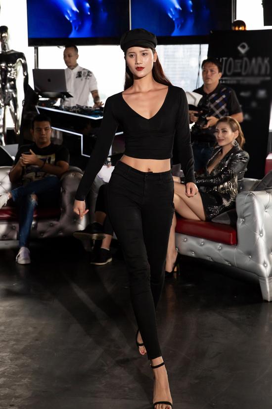 Hương Ly diện set đồ all black khoe vóc dáng gợi cảm khi đến tham gia casting.
