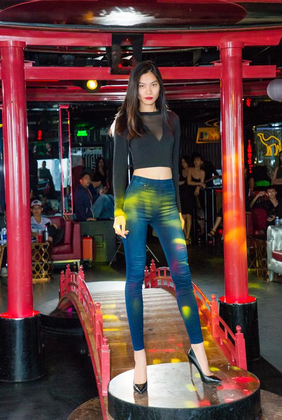 Kim Dungchọn áo hở eo kết hợp cùng quần jean ống ôm đơn giản và trẻ trung.