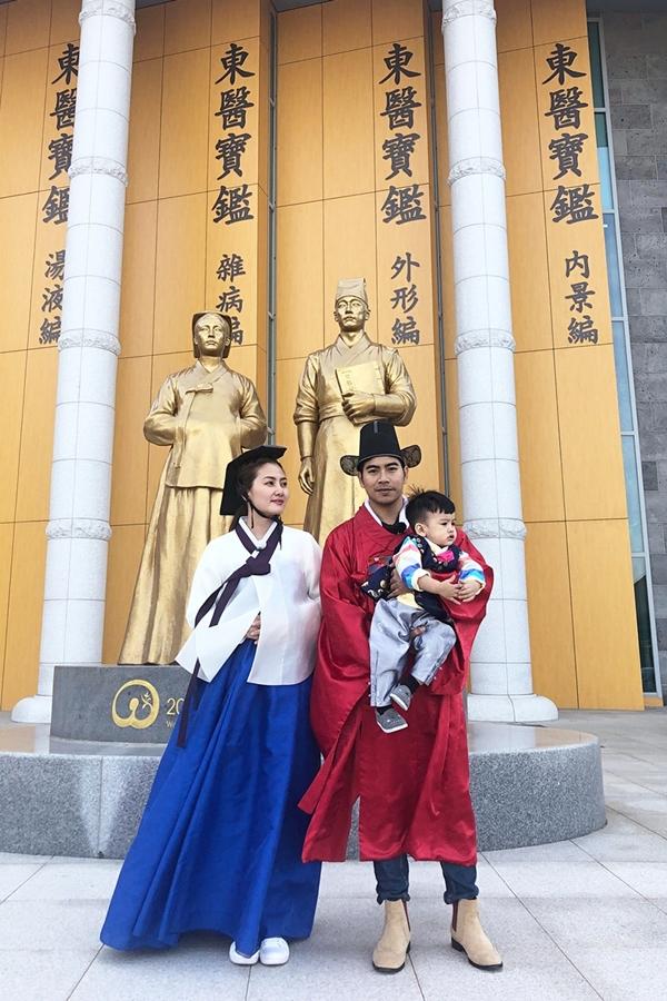 Gia đình nhỏ có dịp ghé làng  Đông y Bảo giám và có chụp hình lưu niệm trước tượng thần y.