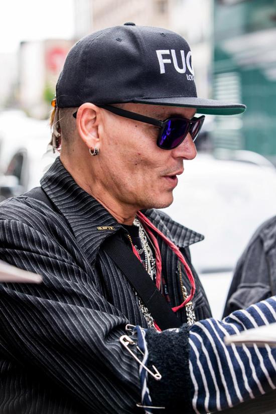 Johnny không hé lộ bất kỳ thông tin nào về việc ngoại hình sa sút và vẫn đi lưu diễn đều đặn cùng ban nhạc.