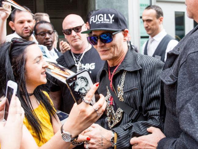 Johnny Depp trông khá mệt khi tới Berlin cùng ban nhạc rock của anh vào chiều chủ nhật, 3/6. Tuy nhiên, nam diễn viên Mỹ vẫn mỉm cười chào các fan và nhiệt tình chụp ảnh bên ngoài khách sạn Regent.