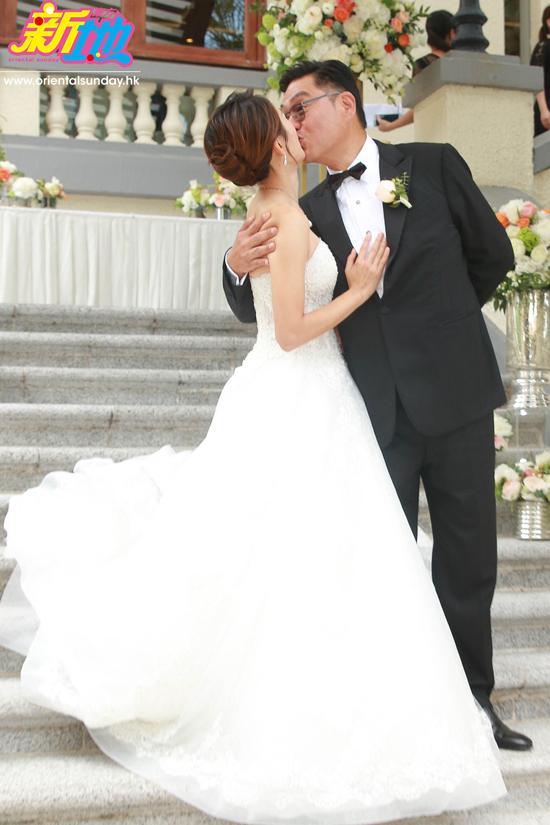 Cặp sao hôn nhau trong sự chứng kiến của khách mời.Lý Mỹ Tuệ là diễn viên TVB, cô đóng một số phim như Cung Tâm Kế 2, Thâm Cung Kế, Thiếu niên tứ đại danh bộ...