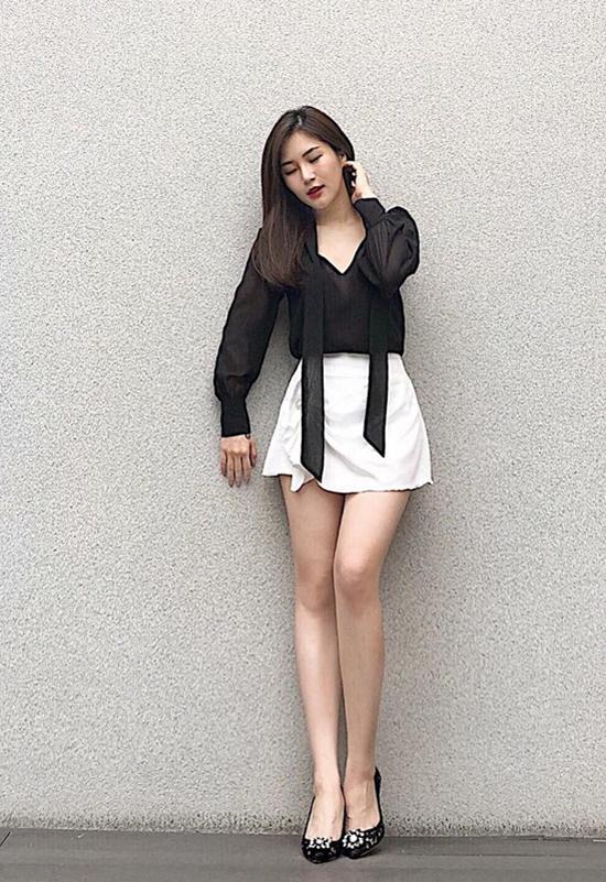 Không có được chiều cao lý tưởng, vì thế Hương Tràm thường chọn các mẫu váy ngắn để giúp mình kéo dài đôi chân.