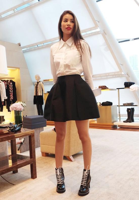 Chân váy chữ A biến tấu độc đáo được Phạm Hương kết hợp cùng sơ mi trắng sắc màu tương phản.