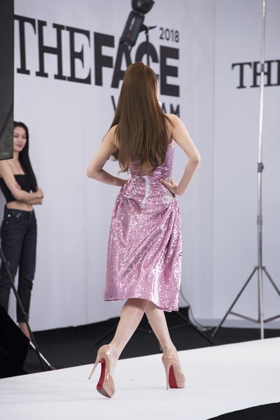 Trong buổi casting tại TP HCM, ca sĩ Một vòng trái đất không ngại thể hiện màn catwalk trước dàn thí sinh The Face.