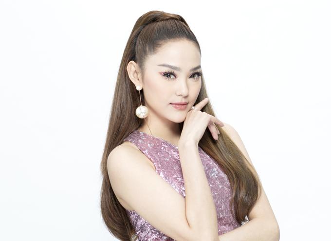 Đáng chú ý trong dàn huấn luyện viên năm nay là sự góp mặt của ca sĩ Minh Hằng. Đứng chung sân cùng hai siêu mẫu có thâm niên trong làng thời trang khiến Bé Heo nhận được rất nhiều ý kiến trái chiều về năng lực của cô khi trở thành mentor của The Face.