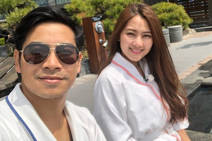 Đôi vợ chồng trẻ ghi lại nhiều khoảnh khắc hạnh phúc bên nhau trong chuyến đi Hàn Quốc lần này.