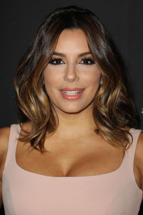 Nếu có khuôn mặt trái xoan, hãy tạo kiểu tóc xoăn sóng nước quyến rũ.