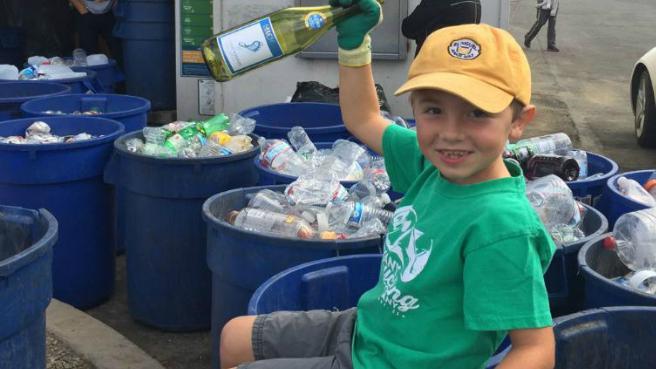 Ryan Hickman, 7 tuổi, đã có kinh nghiệm gần 4 năm điều hành công ty ve chai. Ảnh:CNN.