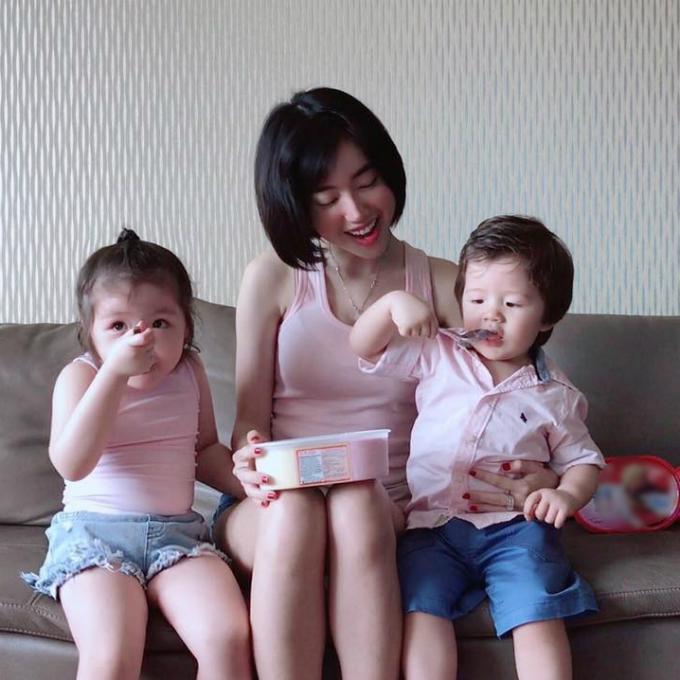 Khoảnh khắc ba mẹ con cùng diện trang phục tông màu hồng đáng yêu tại nhà.