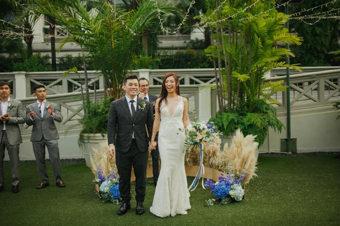 Thay vì chọn một cổng hoa thông thường, Amanda và Zen chọn một hình bán nguyệt với lông vũ và hoa cẩm tú cầu màu xanh, hoa lan tươi để cùng nhau thề nguyện.