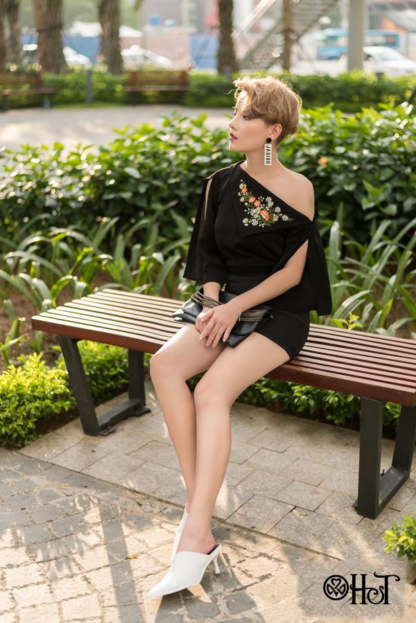 Thiết kế áo lệch vai cùng họa tiết hoa điểm xuyết ở trướcngực cuốn hút ánh nhìn .