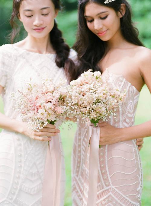 Những bó hoa cầm tay của phù dâu như đám mây hồng nhỏ xinh được kết từ hoa baby trắng, hồng mini và buộc ruy băng lụa mềm mại.