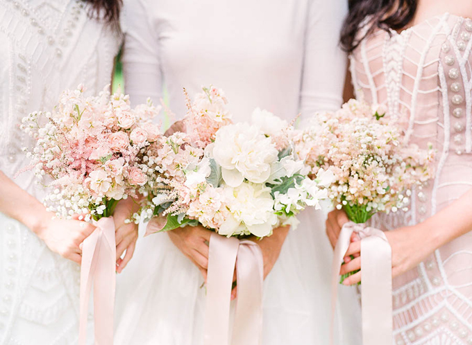 1. Sự hòa quyện ngọt ngào của những gam màu pastel: Hồng, hồng đào và trắng là sắc màu dịu nhẹ, dễ dàng hài hòa với chiếc váy cưới truyền thống của cô dâu, làm nổi bật nét tinh khôi, thuần khiết. Đây dường như là lựa chọn được nhiều tân nương lựa chọn hơn cả cho ngày trọng đại của mình.