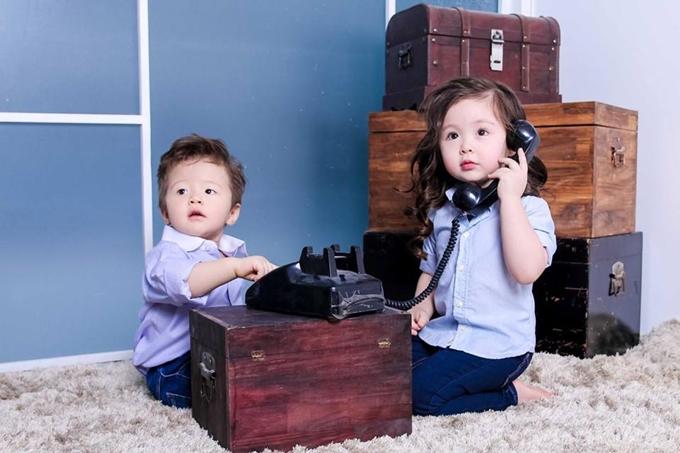 Cadie và Alfie cùng diện kiểu áo sơmi màu xanh phối cùng quần jeans đơn giản. Gương mặt bầu bĩnh, đôi mắt tròn xoe của hai bé khiến nhiều khán giả quá đỗi yêu mến.