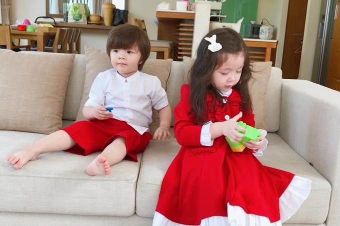 Hầu hết trang phục của Cadie và Alfie đều thuộc thương hiệu thời trang dành cho trẻ em do chính Elly Trần xây dựng, phát triển. Tôi mong muốn được tự tay thiết kế cho con những bộ cánh đẹp và độc đáo, cô chia sẻ.