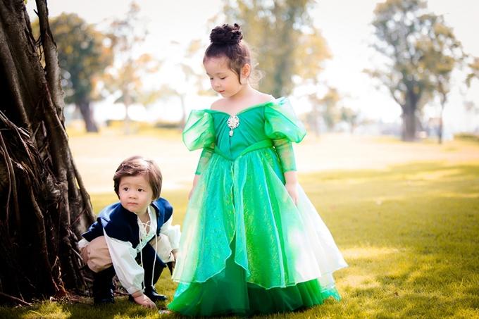 Trong một bộ ảnh mới đây,  cô bé Cadie Mộc Trà khoác lên người chiếc đầm xanh lá bồng bềnh , hóa thân thành nàng tiên cá Ariel xinh đẹp. Cậu em Alfie Túc Mạch trở thành chàng hoàng tử kết đôi cùng nàng tiên cá. Sự dễ thương của cả hai làm tan chảy bất kỳ ai khi xem qua những tấm ảnh này.