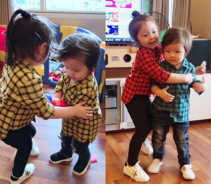 Hai con còn nhỏ và hiếu động nên Elly Trần thường chọn những trang phục đơn giản, tạo cảm giác cho bé vui chơi. Trong đó, nhưng kiểu áo sơmi, thêm họa tiết carô nhiều màu sắc khá phù hợp với hai chị em Cadie và Alfie.