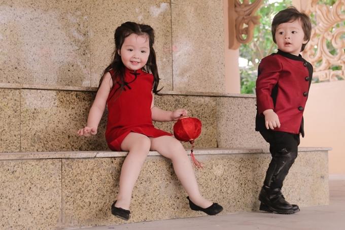Hai chị em nô đùa đi chơi dịp tết trung thu 2017 với những bộ cánh tông màu đỏ đen chủ đạo. Mang quần tây phối cùng giày đen, cậu nhóc Alfie trông chững chạc và ngầu hơn hẳn.