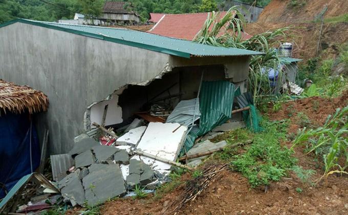Căn nhà sập từ phía sau đè trúng vị trí gia đình anh Thực đang ngủ.