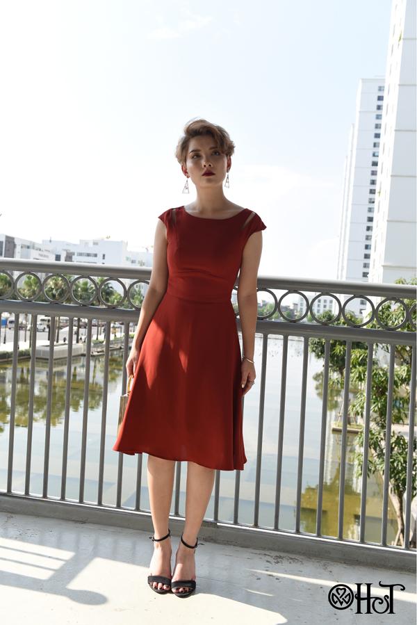 Sắc đỏ quyền lực được cách điệu tinh tế và cá tính ở phần vai, mang đến cho người mặc vẻ ngoài quyến rũ mà không kém phần thanh lịch.
