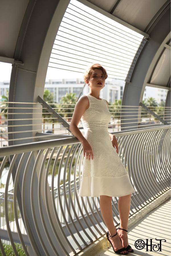 Đầm ren trắng tinh khôi là lựa chọn phù hợp cho những sự kiện trang trọng.