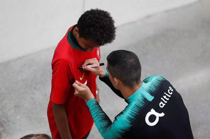 ... mặc áo Bồ Đào Nha có mặt để xem đội bóng rèn quân.